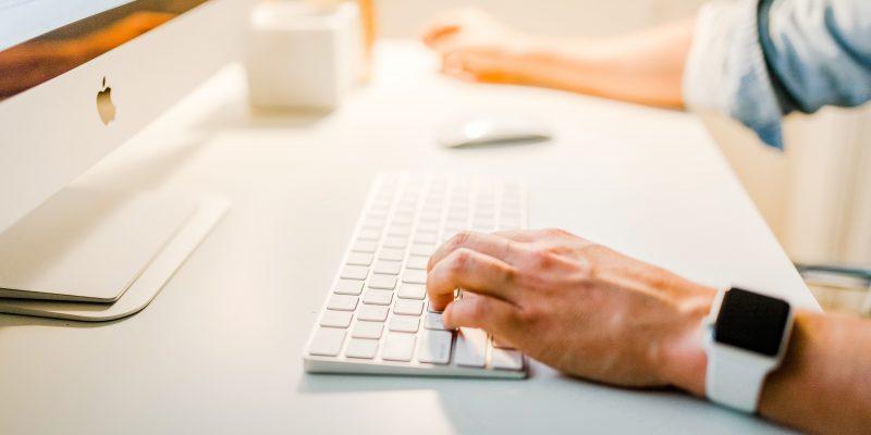 klawiatura przy komputerze